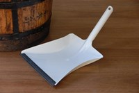 Dustpan - White enamel